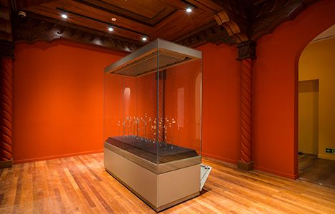 art museum antique glass display cabinet and wall display designs (7)